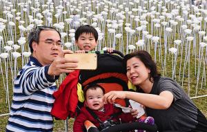 Um selfie em família em uma instalação de arte comemorativa do Dia dos Namorados.