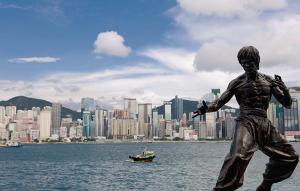 Estátua de Bruce Lee em Tsim Sha Tsui (Kowloon), junto ao porto de Victoria. Com seus filmes de ação, divulgou a arte do kung-fu ao mundo inteiro.