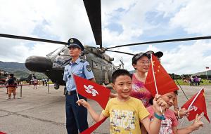 Moradores visitam a exposição de helicópteros do Exército Popular de Libertação baseados em Hong Kong.