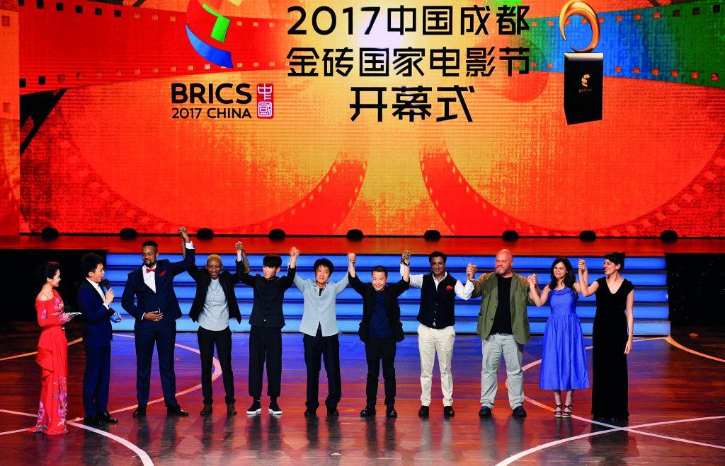 """Apresentação da equipe de produção de """"Where Has the Time Gone?"""" na cerimônia de abertura do Festival de Cinema do Brics 2017"""