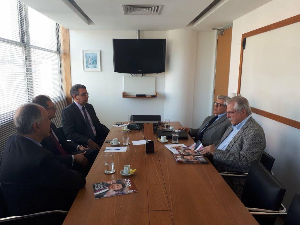 Evandro Carvalho (ao fundo) com a diretoria do CEBC.